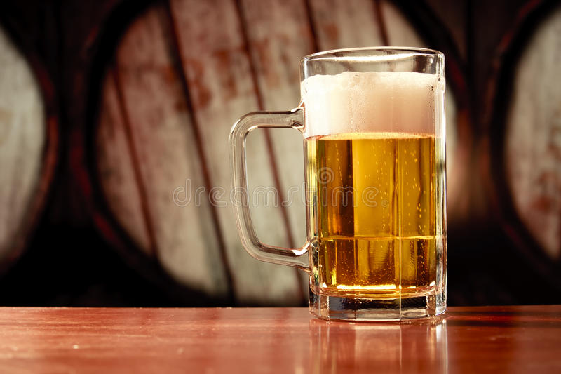 Verfrissende biermok op uitstekende achtergrond stock afbeelding