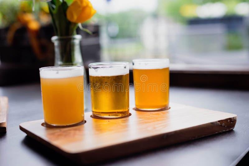 Verfrissende biervlucht in natuurlijk licht royalty-vrije stock afbeeldingen