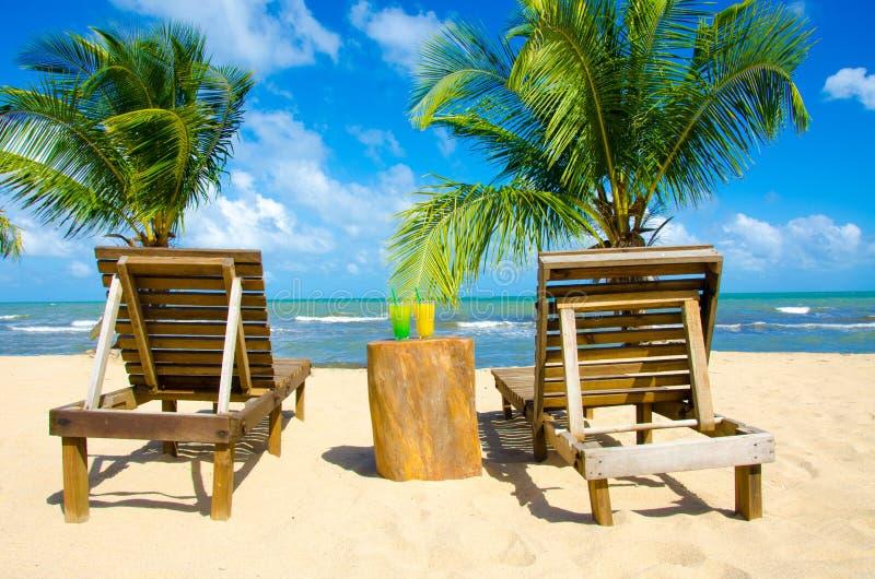 Verfrissende Cocktail bij strand in Belize - recreatie in tropische bestemming voor vakantie - paradijskust stock afbeelding