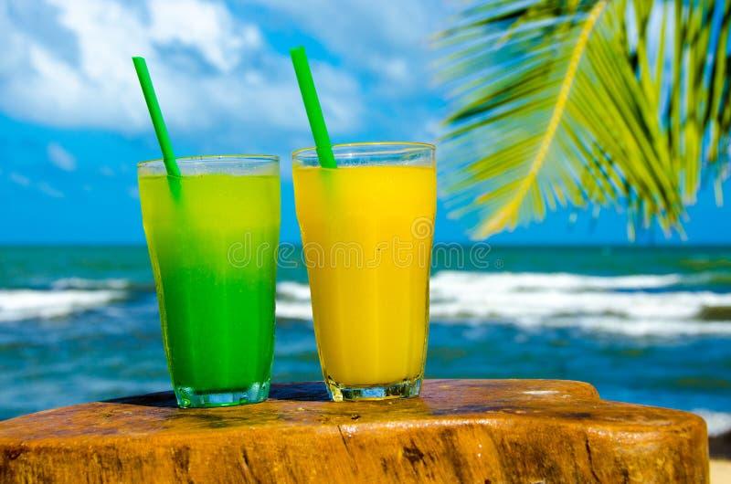 Verfrissende Cocktail bij strand in Belize - recreatie in tropische bestemming voor vakantie - paradijskust royalty-vrije stock afbeelding