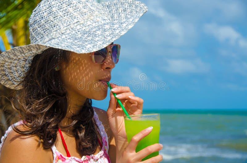 Verfrissende Cocktail bij strand in Belize - recreatie in tropische bestemming voor vakantie - paradijskust royalty-vrije stock fotografie