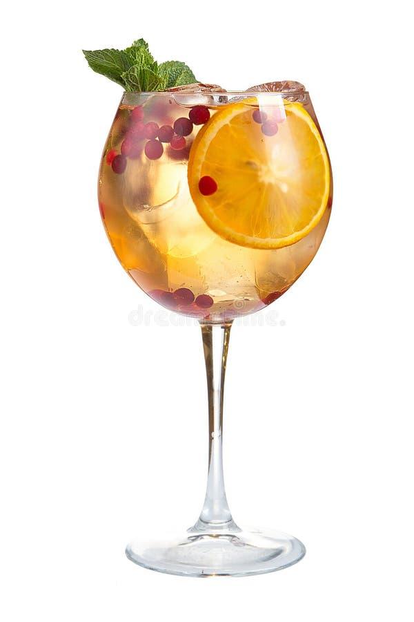 Verfrissende cocktail met ijsvruchtensap en Amerikaanse veenbessen op een witte achtergrond stock fotografie
