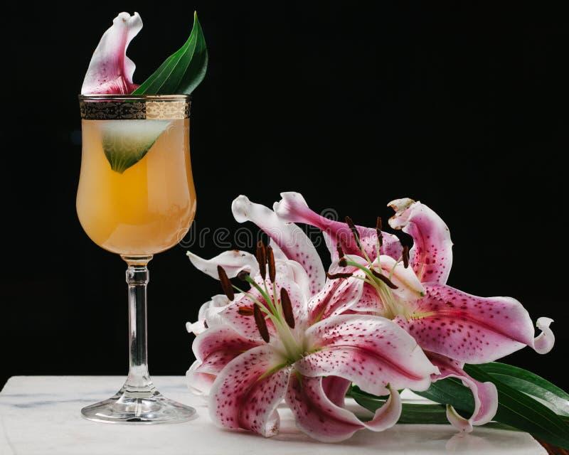Verfrissende die cocktail met verse bloemen op marmeren oppervlakte wordt gestileerd royalty-vrije stock afbeeldingen