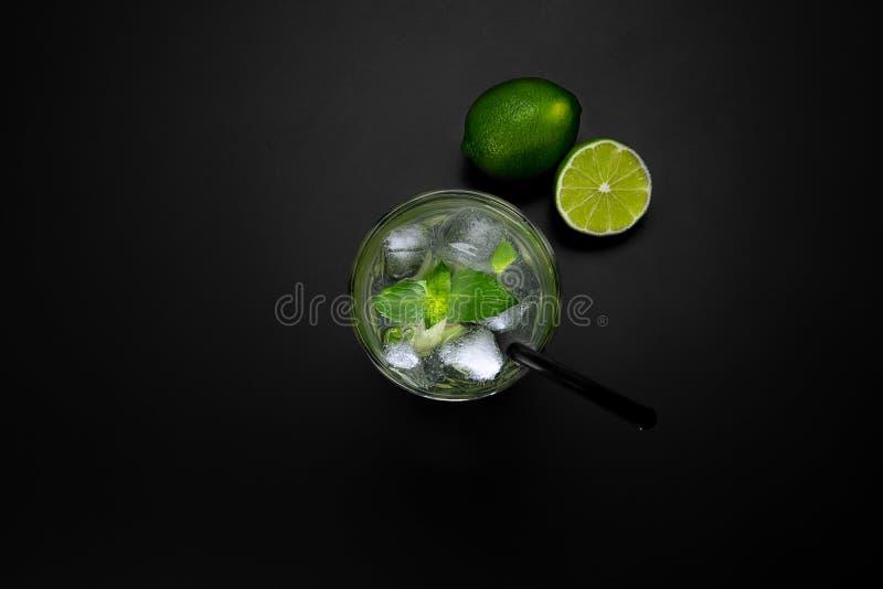 Verfrissende drank in een glas van ijs stock afbeelding
