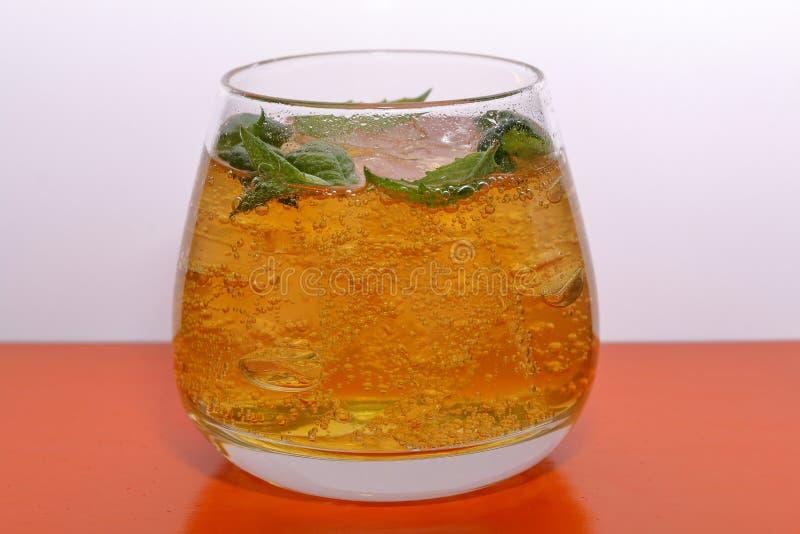 Verfrissende drank met gasbellen Nalit in een transparant glas Het legde verpletterd ijs Verfraaid met muntbladeren royalty-vrije stock foto's