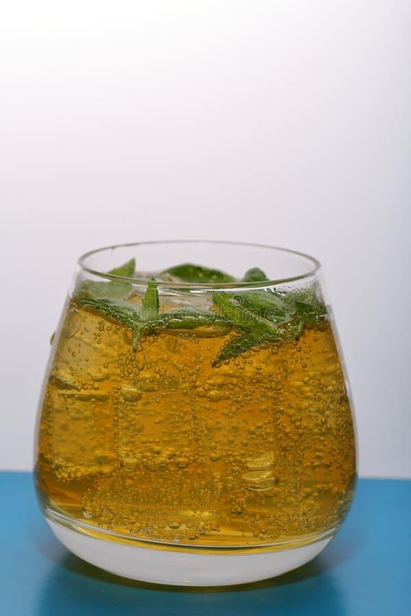 Verfrissende drank met gasbellen Nalit in een transparant glas Het legde verpletterd ijs Verfraaid met muntbladeren royalty-vrije stock foto