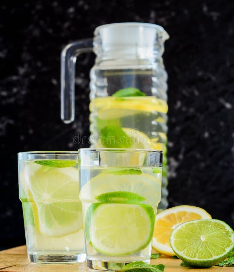 Verfrissende drank van citroen, Gegoten Water stock foto's