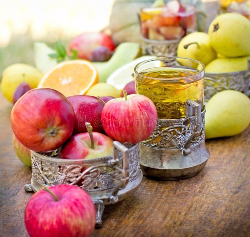 Verfrissende dranken, (dranken) cider en sangriaclose-up royalty-vrije stock fotografie