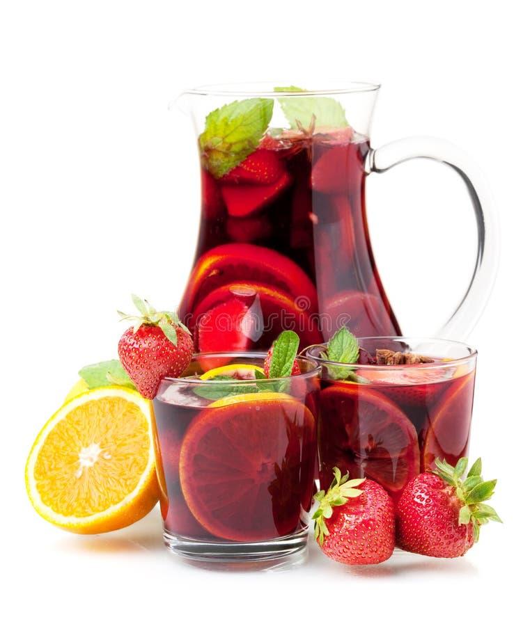 Verfrissende fruitsangria in kruik en twee glazen stock foto's