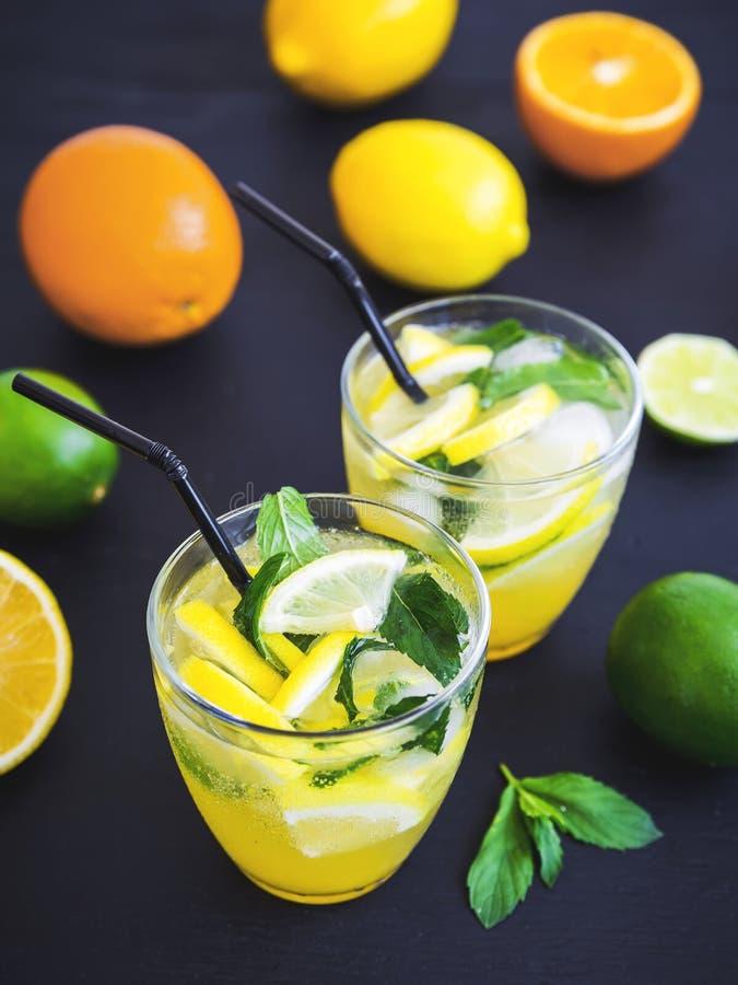 Verfrissende limonade met kalk, citroenen in glazen stock foto