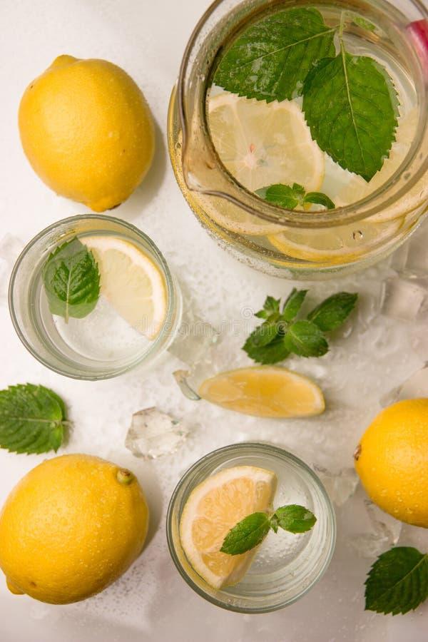 Verfrissende limonade met munt stock fotografie