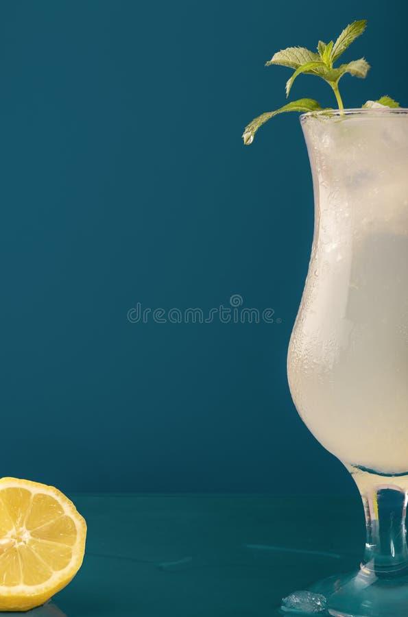 Verfrissende limonadedrank tegen een blauwe achtergrond royalty-vrije stock afbeeldingen