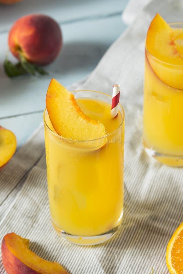 Verfrissende Perzik en Oranje Fuzzy Navel Cocktail stock afbeeldingen