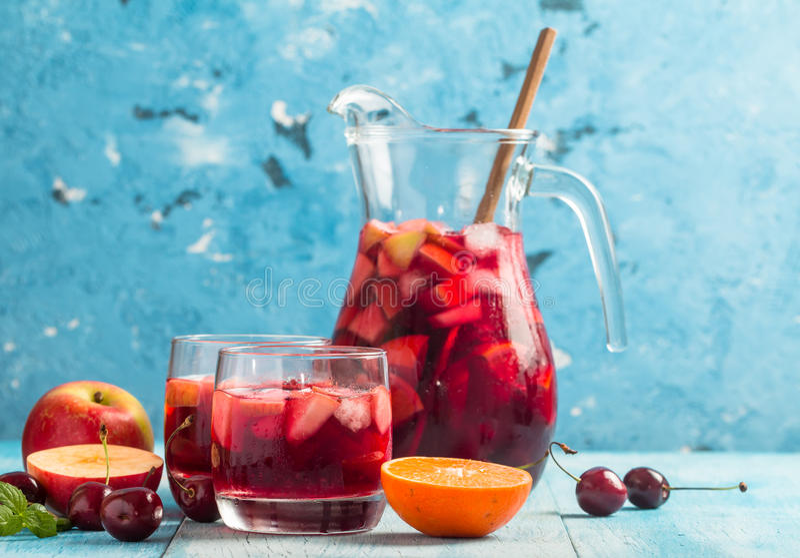 Verfrissende sangria of stempel met fruit royalty-vrije stock foto