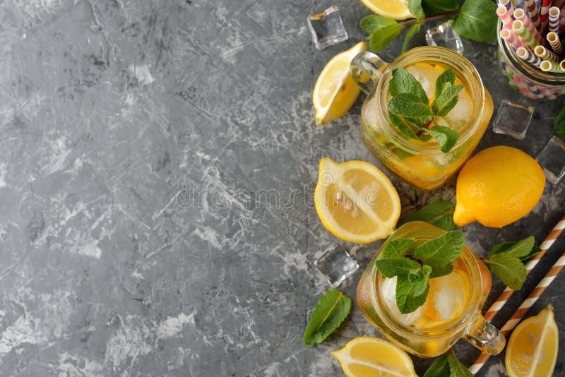 Verfrissende thee met citroen en munt stock fotografie