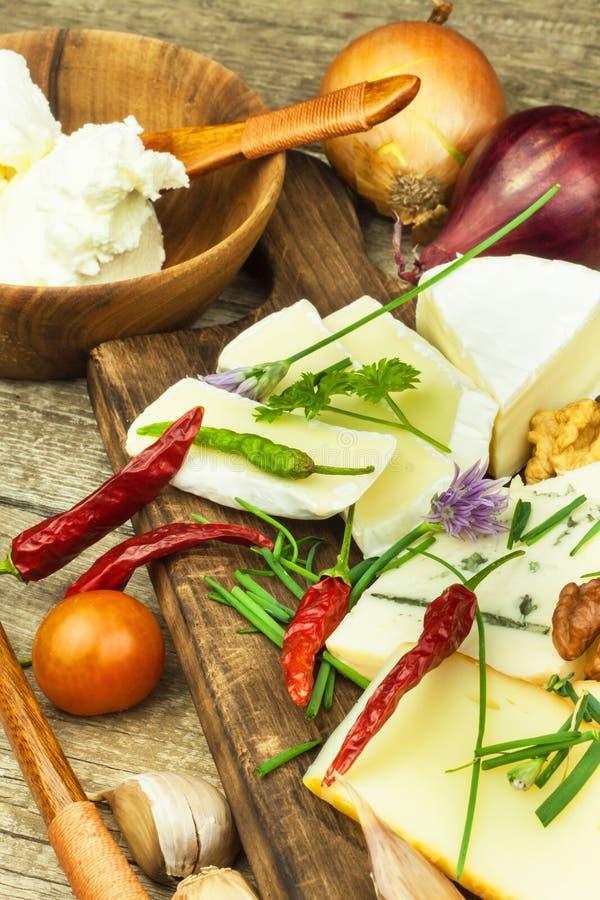 Verfrissingen van verschillende types van kaas Gezond ontbijt van zuivelproducten Gesneden kazen op een houten lijst stock fotografie