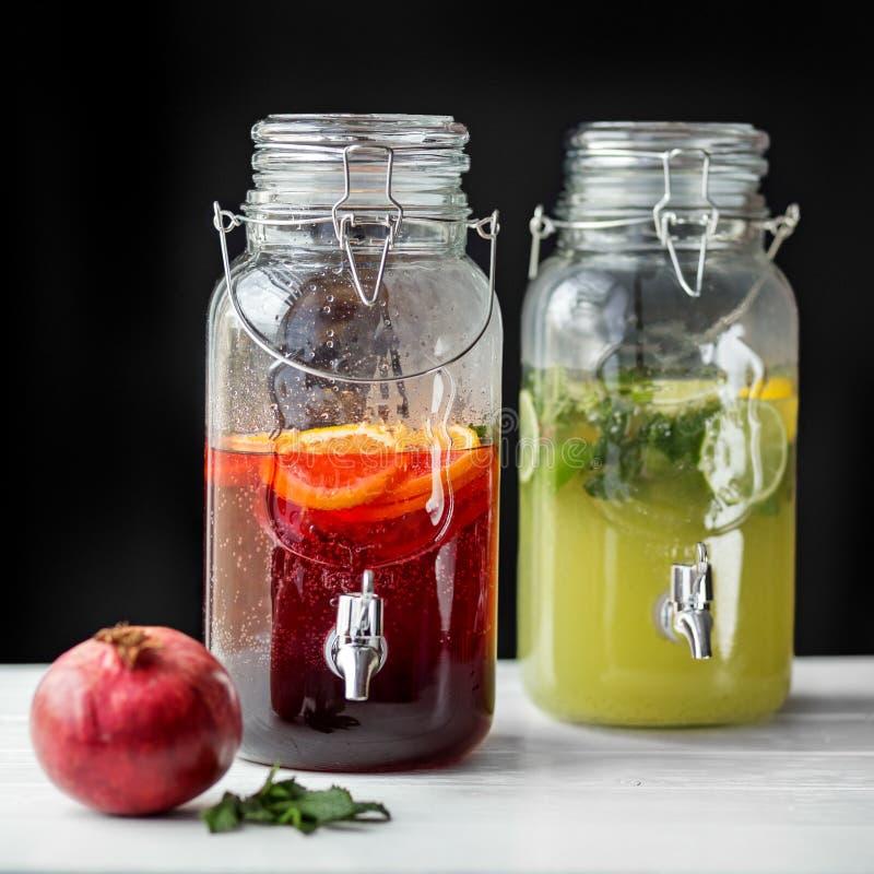 Verfrissingenlimonade met kalk, citroen, sinaasappel en granaatappel Concept dranken, de zomer, bar, rust, gezond voedsel royalty-vrije stock foto