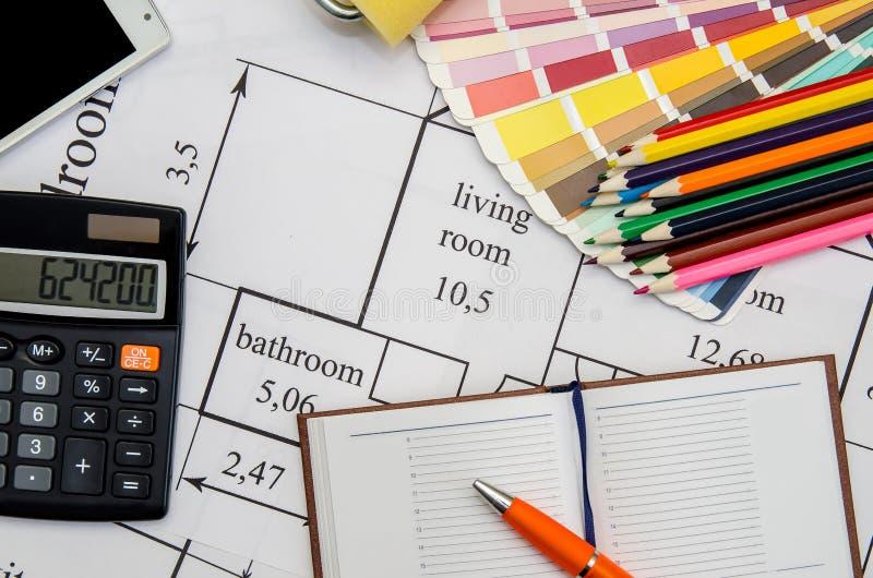 Verfrol, potlood, notitieboekje en kleurengids op architecturale tekeningen royalty-vrije stock afbeeldingen
