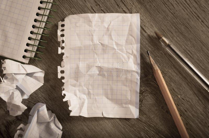 Verfrommeld pagina's en notitieboekje stock foto