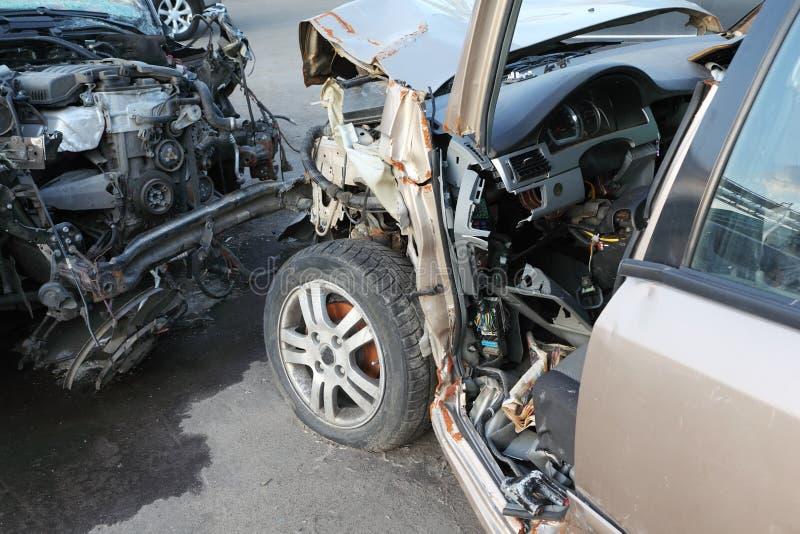 Verfrommelde en gebroken kappen van twee in botsing gekomen auto's stock foto