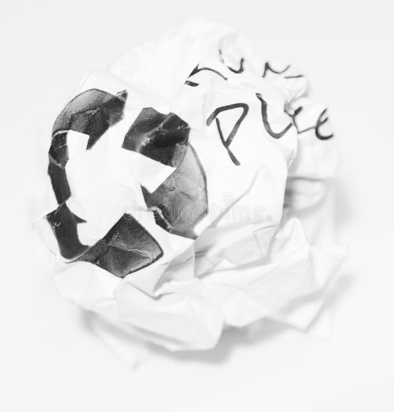 Verfrommelde gebruikte document bal met kringloopteken stock fotografie