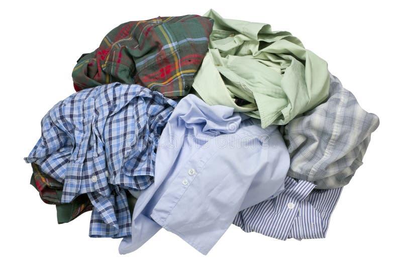 Verfrommelde maar gewassen eenvoudige men& x27; s overhemden stock foto