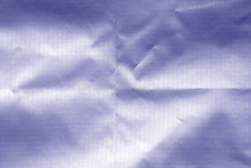 Verfrommelde transparante plastic oppervlakte in blauwe kleur stock foto