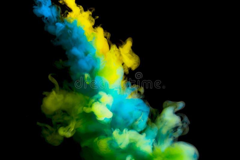 Verfstroom in water, gekleurde wolk, abstracte achtergrond, proces om multicolored kleurstof op een zwarte achtergrond te mengen royalty-vrije stock afbeelding