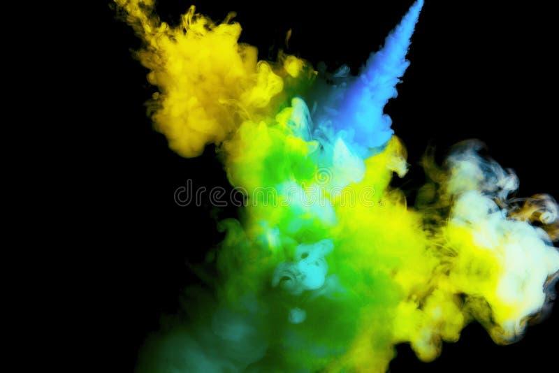 Verfstroom in water, gekleurde wolk, abstracte achtergrond, proces om multicolored kleurstof op een zwarte achtergrond te mengen stock foto's