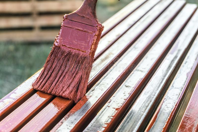 Verftoepassing door borstel op metaalstructuren Beschermende deklaag van staal gesloten profielen met het rood van het inleidings royalty-vrije stock foto's