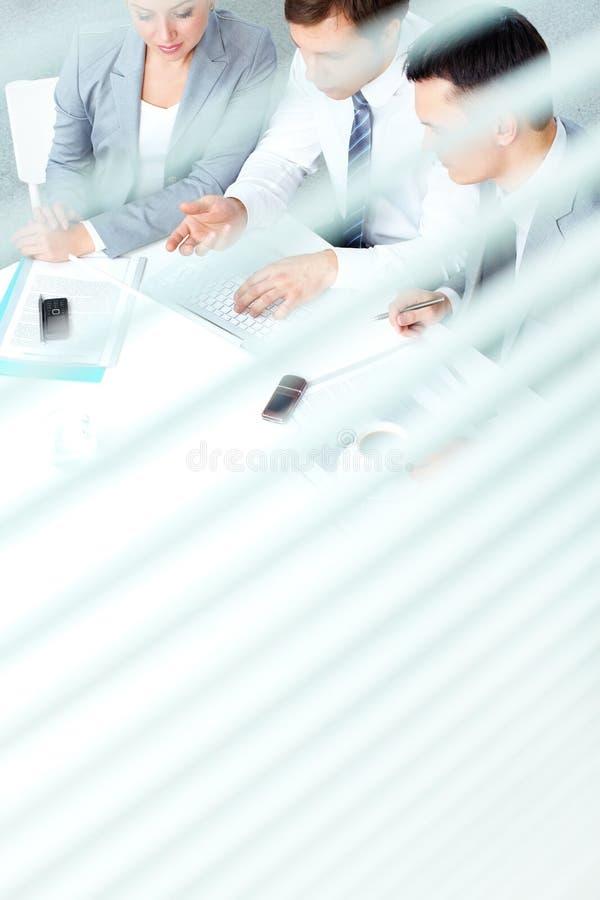 Vergadering in bureau stock afbeelding