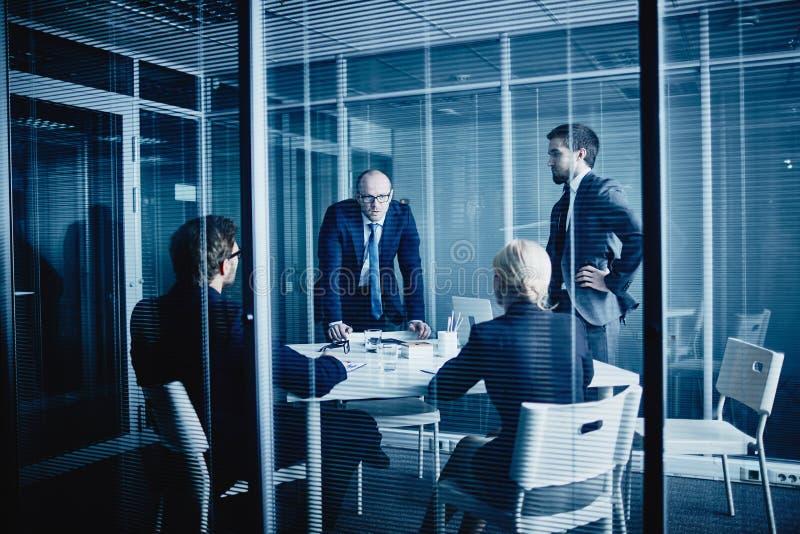 Vergadering in bureau stock foto