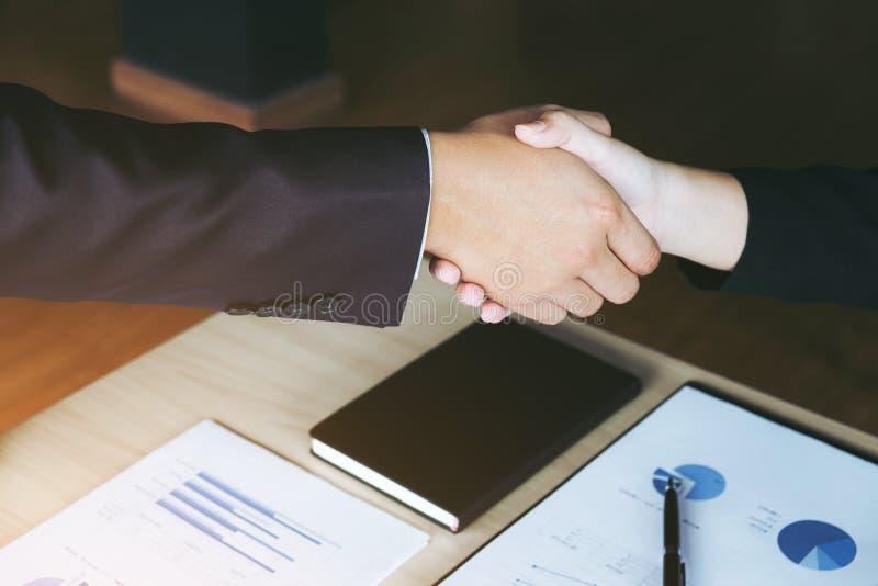 Vergadering en groetconcept, Twee zekere Bedrijfshanddruk a stock foto