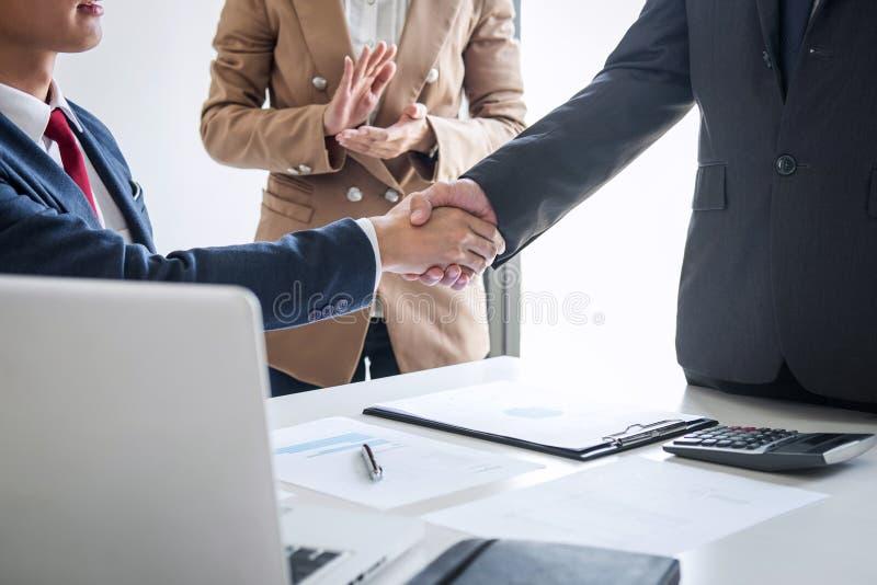 Vergadering en groetconcept, Twee zekere Bedrijfshanddruk en bedrijfsmensen na het bespreken van goede overeenkomst van Handelcon royalty-vrije stock fotografie
