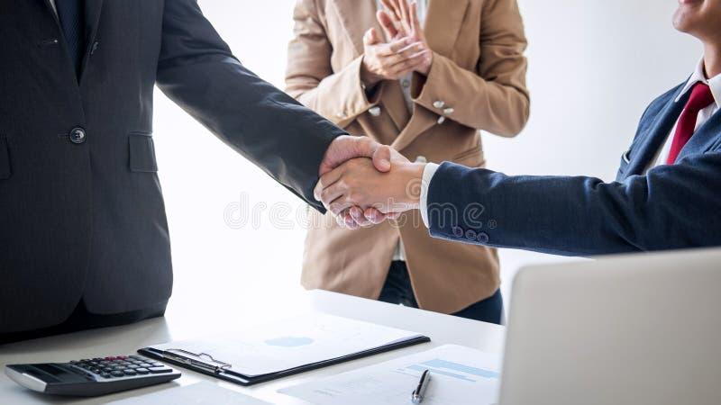 Vergadering en groetconcept, Twee zekere Bedrijfshanddruk en bedrijfsmensen na het bespreken van goede overeenkomst van Handelcon royalty-vrije stock foto's