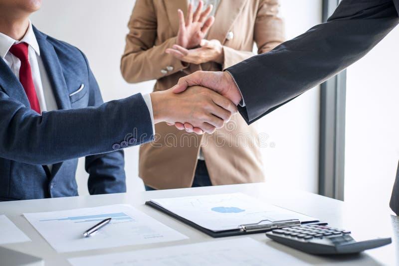 Vergadering en groetconcept, Twee zekere Bedrijfshanddruk en bedrijfsmensen na het bespreken van goede overeenkomst van Handelcon stock foto