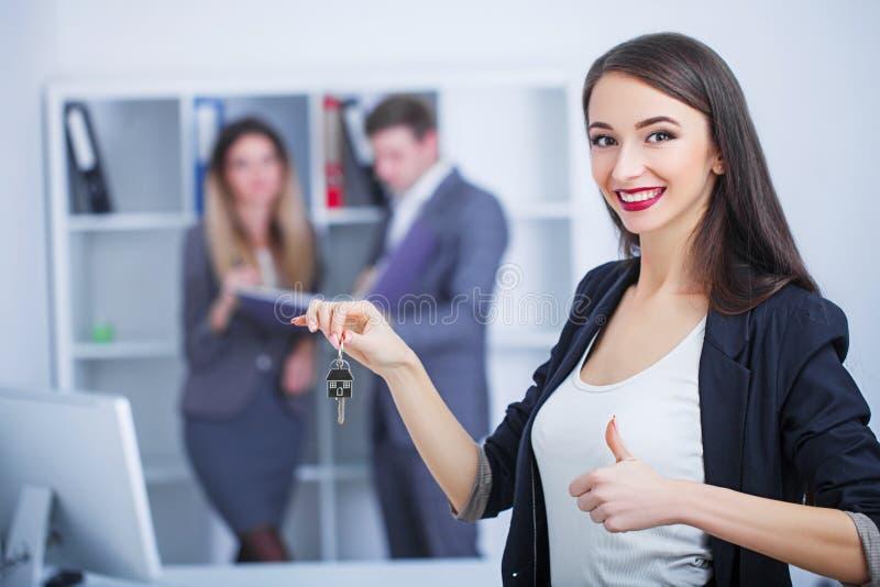 Vergadering met agent die in bureau, hurend flat of huis kopen, royalty-vrije stock afbeelding
