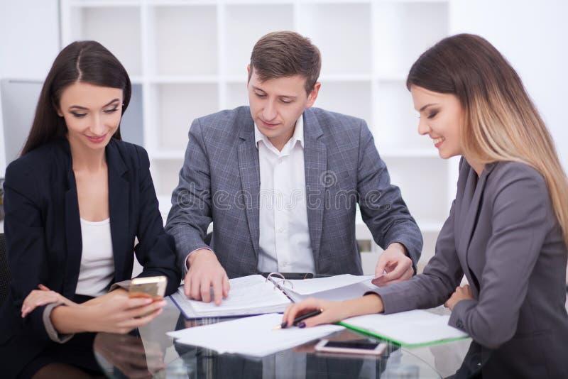 Vergadering met agent die in bureau, hurend flat of huis kopen, stock foto