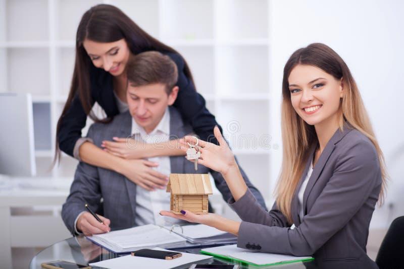 Vergadering met agent die in bureau, hurend flat of huis kopen, stock fotografie