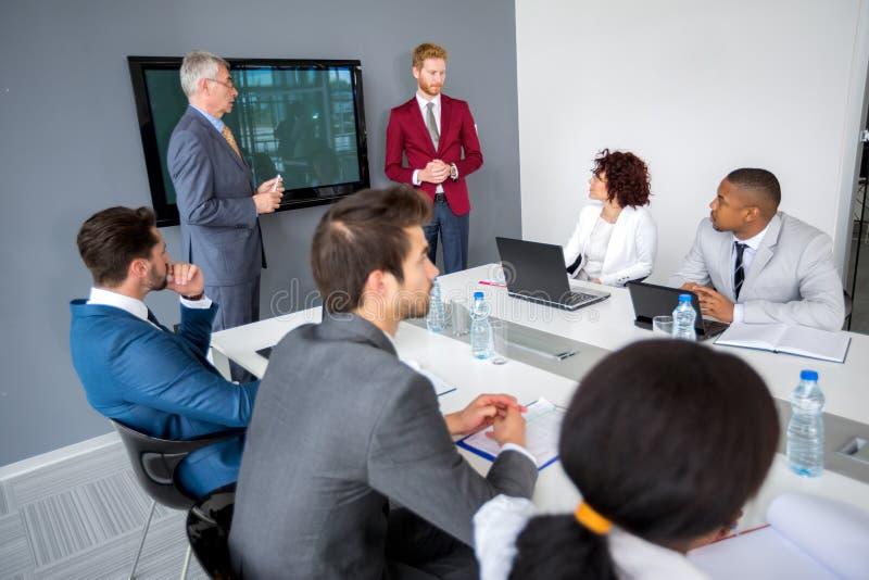 Vergadering in modern bedrijf stock fotografie