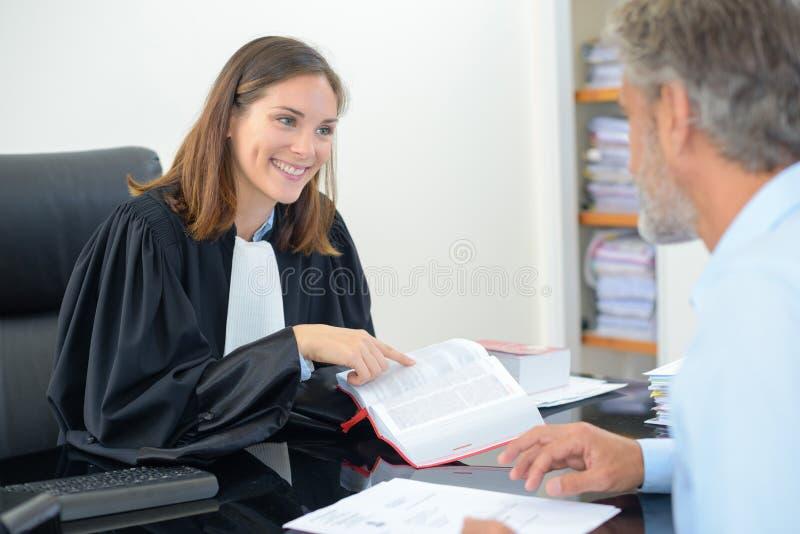 Vergadering op advocaat` s kantoor stock foto