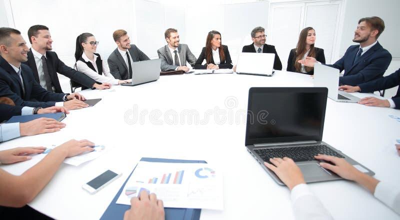 vergadering van aandeelhouders van het bedrijf bij de ronde tafel royalty-vrije stock fotografie