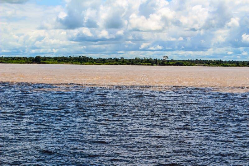 Vergadering van de wateren van de Rivier van Rio Negro en van Amazonië stock afbeelding