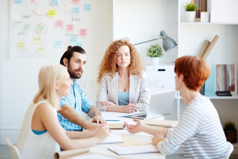 Vergadering van deskundigen inzake marketing in bureau royalty-vrije stock afbeelding
