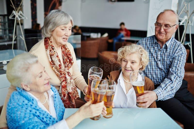 Vergadering van hogere mensen in bar royalty-vrije stock foto