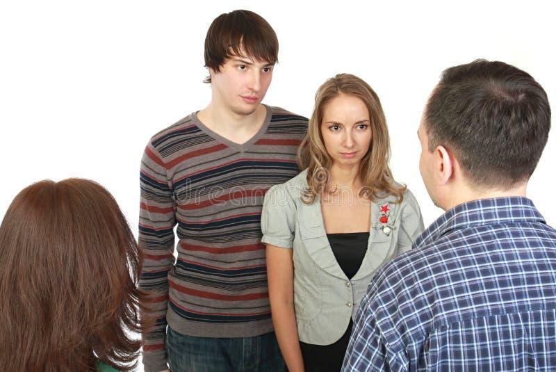 Vergadering van jong paar met ouders. royalty-vrije stock afbeeldingen