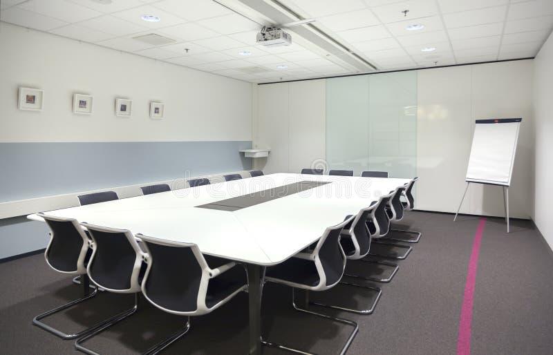 Vergaderingsaria in de nieuwe bureaubouw stock foto