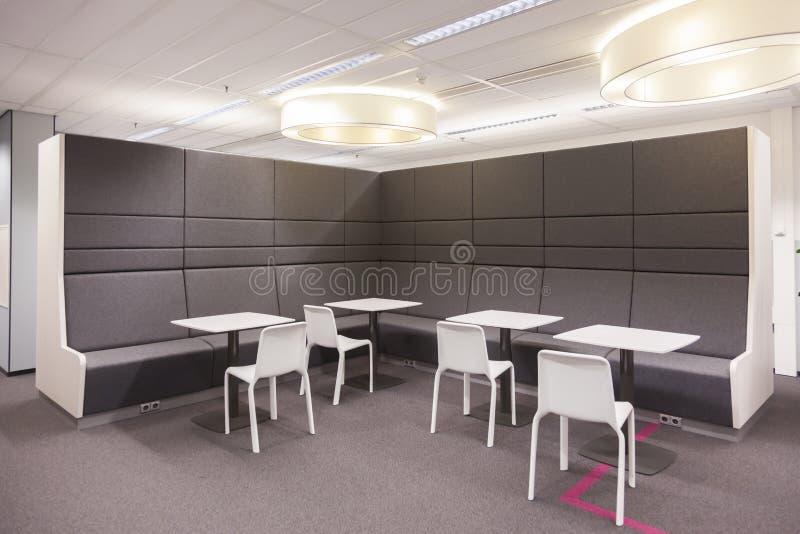 Vergaderingsaria in de nieuwe bureaubouw royalty-vrije stock afbeeldingen