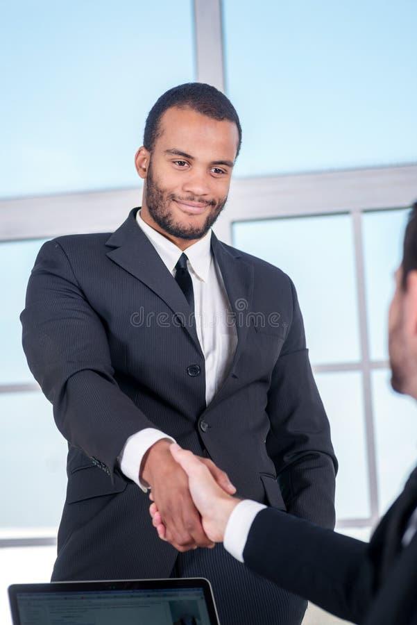 Vergaderingspartners Afrikaanse zakenman het schudden handen stock foto