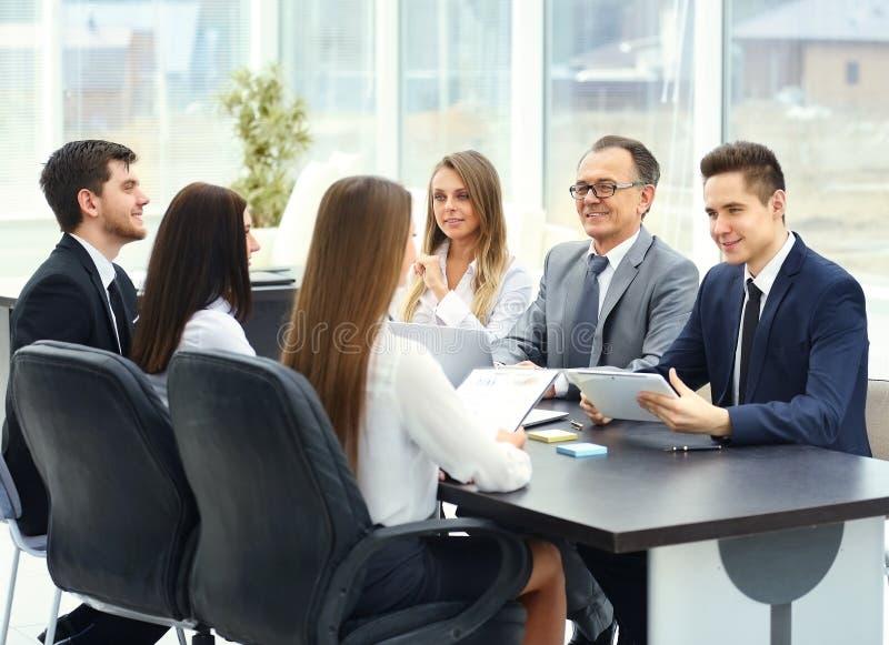 Vergaderingspartners in een modern bureau royalty-vrije stock foto